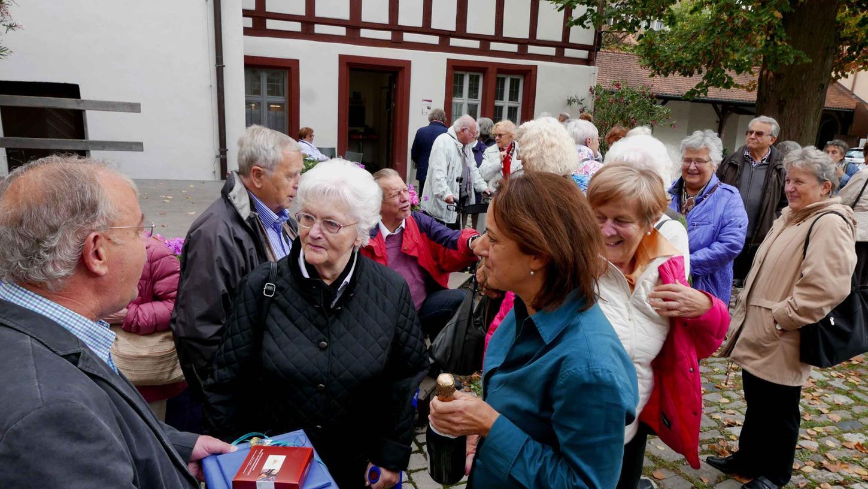 Zweiter Bürgermeister Peter Holzmann und Kuratorin Silvia Pertschi (r.) heißen Gertrude Kilian als 50.000ste Besucherin der