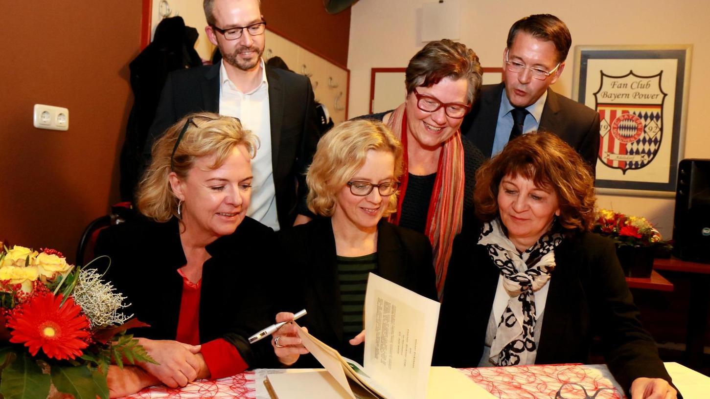 Natascha Kohnen beim Eintrag ins Goldene Buch mit (v. l.): Alexandra Hiersemann, Johannes Käßer, Gisela Niclas, Karsten Fischkal und Martina Stamm-Fibich.