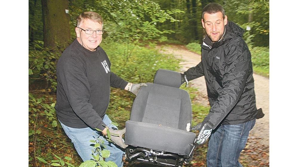 """Unschöne Fundsache: Enduroclub-Chef Stephan Ruf und Kreisverkehrswachtsmitglied Gernot Tutsch haben zwar was übrig für motorisierte Gefährte, aber ein Autositz im Wald ist für sie eindeutig """"eine Sauerei""""."""