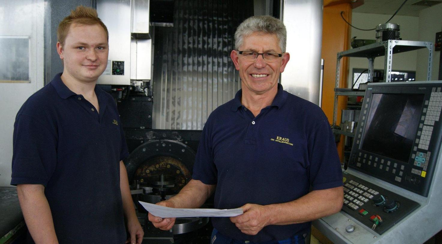 Andreas Kohl (links) machte im Betrieb von Wolfgang Kraus in Nasnitz eine Ausbildung zum Zerspanungsmechaniker. Jetzt wurde er als Bester der Handwerkskammer Niederbayern/Oberpfalz ausgezeichnet.