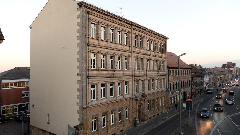 Das historische Sandsteingebäude an der Königstraße muss Heimstatt des Heinrich-Schliemann-Gymnasiums bleiben, finden der Elternbeiratsvorsitzende und die Fürther Linke.