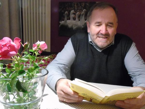 """In der Pension Monika las Josef Schneider """"Und dann kam Paulette""""."""