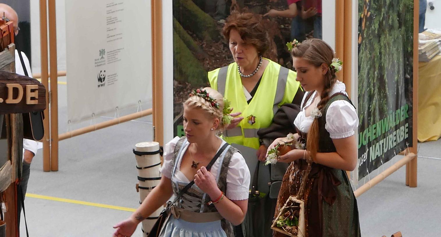 Mit Messemanagerin Roswitha Lugert (Mitte) bummelten die Holzfeen Johanna Sussmann (l.) und Jasmin Brunner durch die Hallen mit faszinierendem Kunsthandwerk und über die