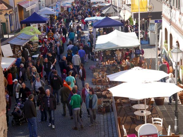 Auch der Jahrmarkt in der Altstadt lockte bei Kaiserwetter Gäste aus den Metropolregionen Nürnberg und Würzburg sowie deren weitem Umland an.
