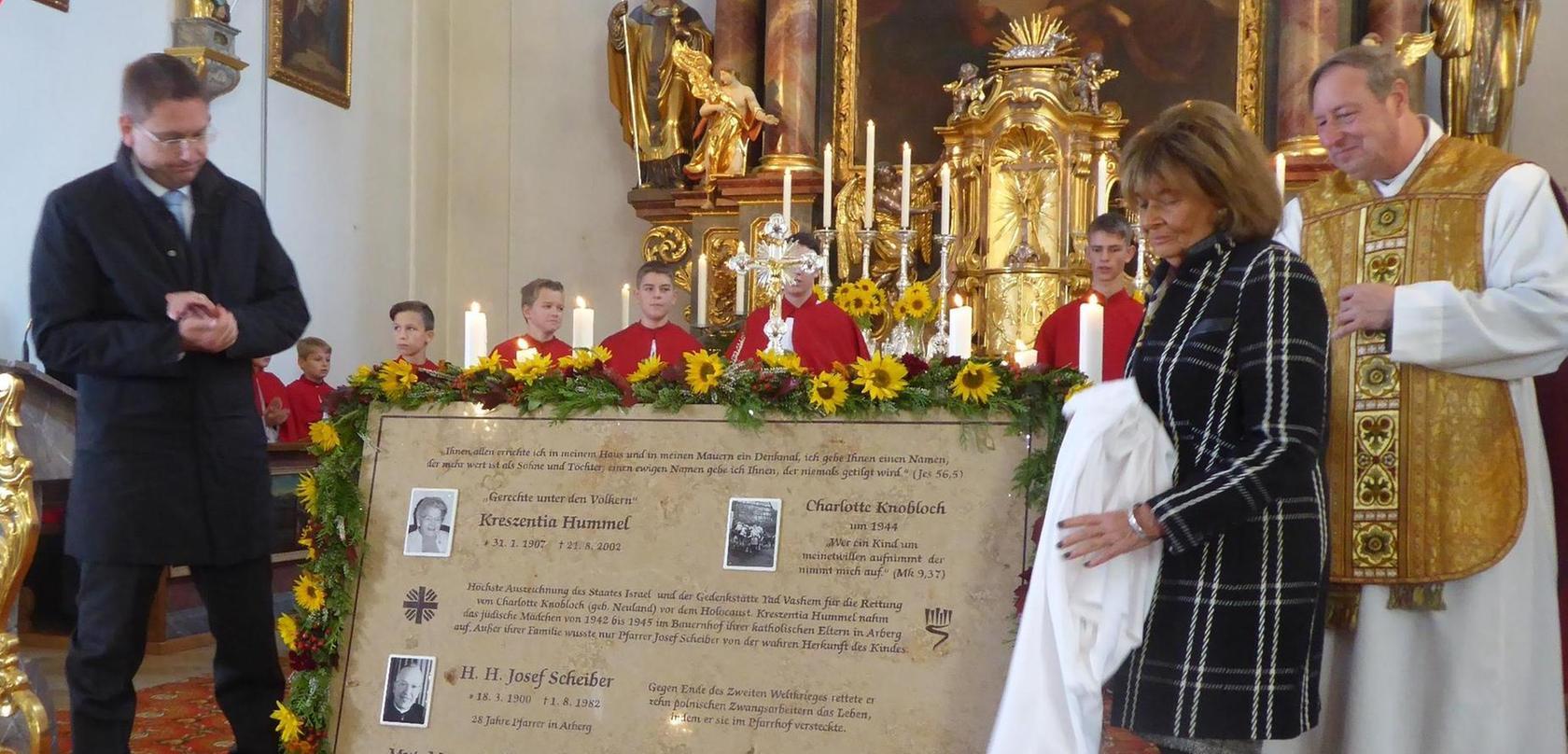 Ehrung für zwei tapfere Menschen: IKG-Präsidentin Charlotte Knobloch und der Ansbacher Landrat Jürgen Ludwig enthüllen die Gedenktafel.