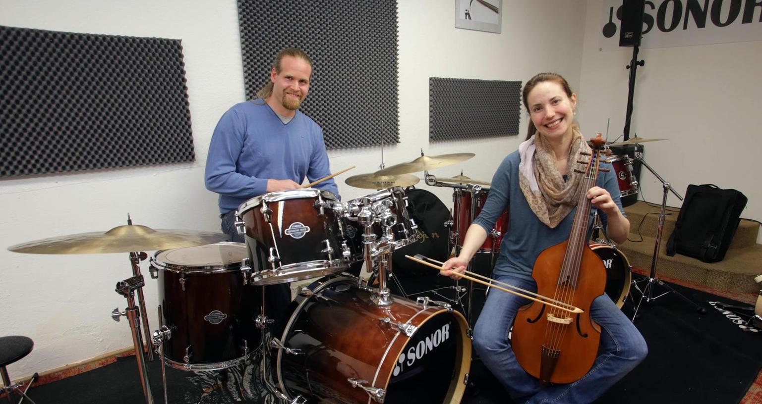 """Wolfgang Fischer und Liana Pereira sind zwei von 15 Lehrern am """"Musikpunkt Nürnberg"""" in der Wölckernstraße.Foto: Roland Fengler"""