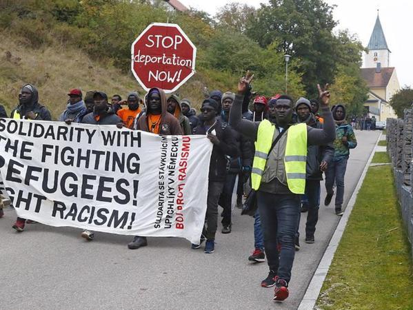 Lautstark ihre Slogans skandierend zogen die Asylbewerber durch Mittersthal, um die Anwohner auf ihren Protest aufmerksam zu machen.
