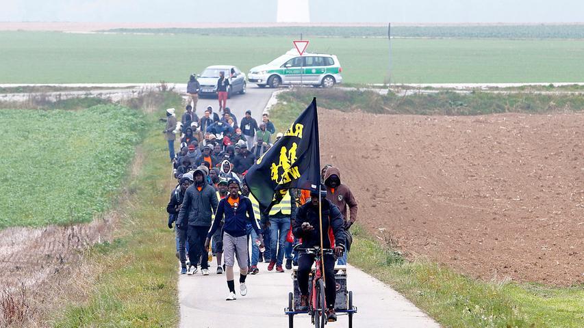 Mit einer Fahne vorweg marschierten die Flüchtlinge auf Mittersthal zu.