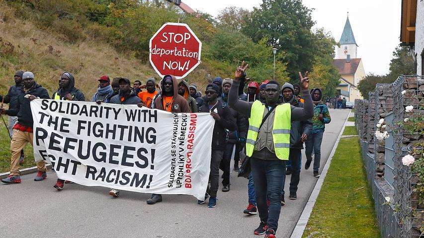 Im Ort rollten sie ein großes Transparent aus: Mehr Solidarität mit Flüchtlingen wird darauf gefordert.