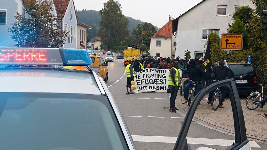 In Deining leitete die Polizei den Zug über den Gehsteig an der B8 vorbei weiter Richtung Leutenbach.