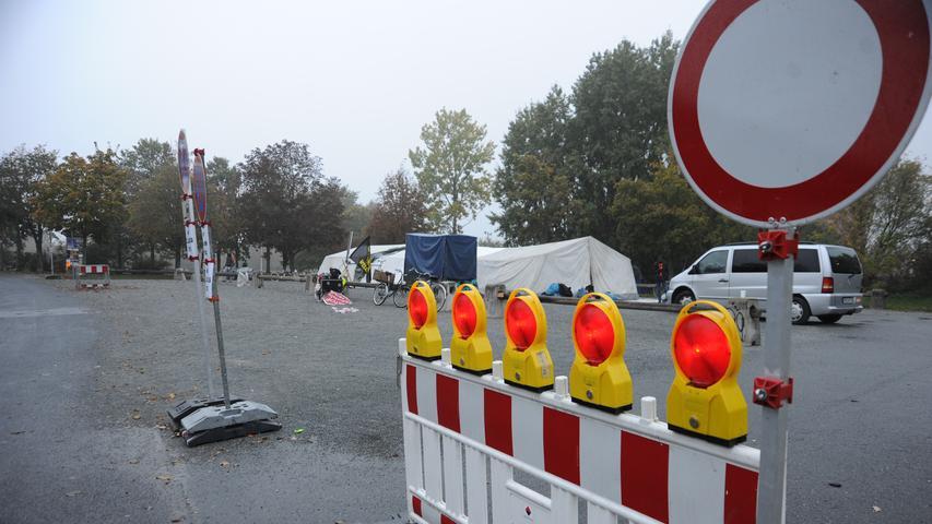 Am alten Ludwigskanal entlang ging es das letzte Stück nach Neumarkt; hier wartete schon ein großes Zelt, das Unterstützer aufgebaut hatten, auf dem Parkplatz neben der Jurahalle.