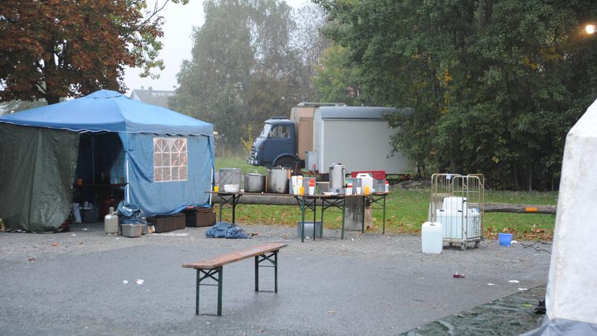 Neumarkter kochten für die Flüchtlinge am Abend auf; am Morgen, unser Bild, war schon ein Frühstück vorbereitet.