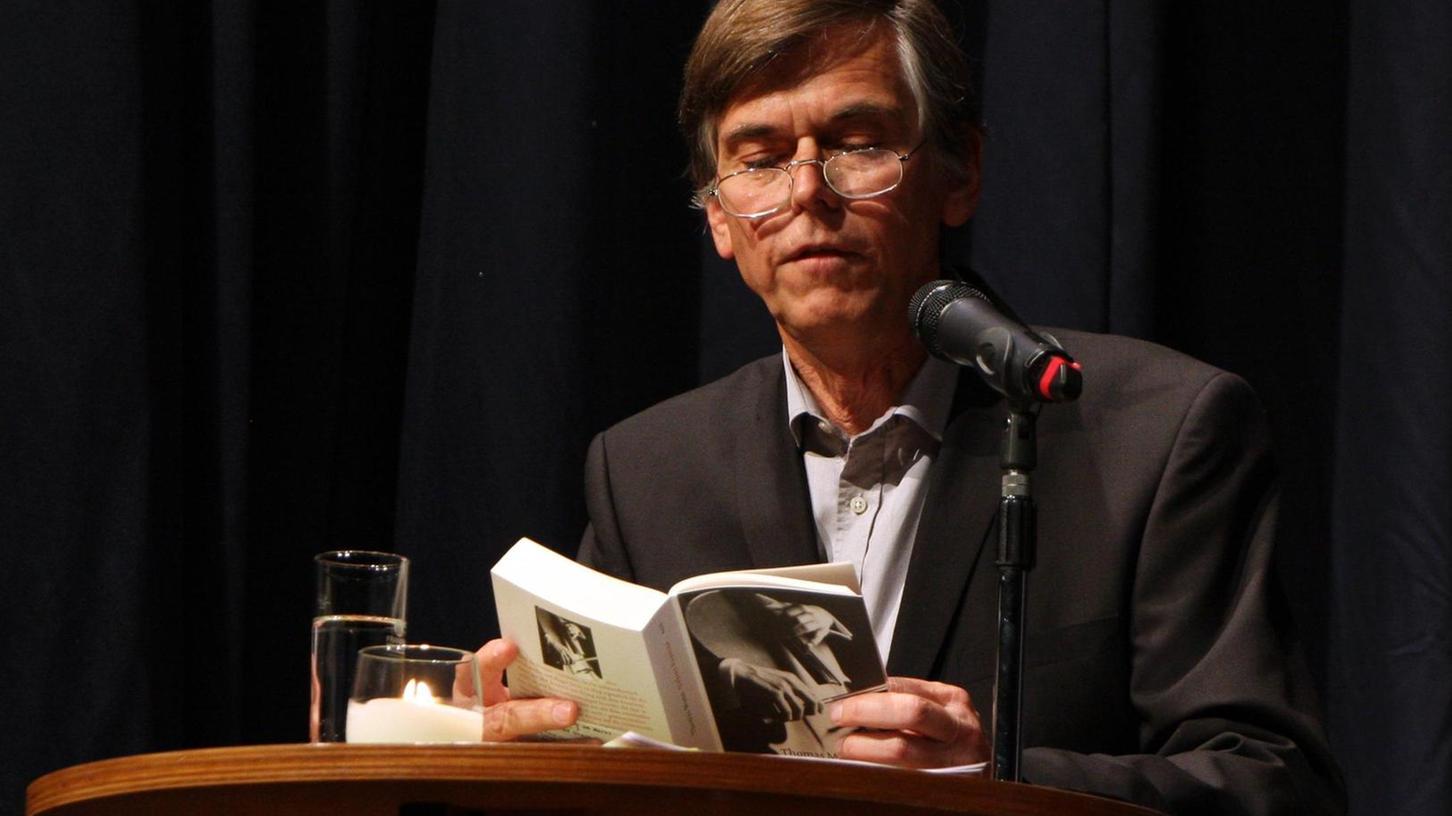 """Nicht nur Musik, auch Literatur wurde in der Stadthalle geboten: Florian Prey liest aus """"Dr. Faustus""""."""