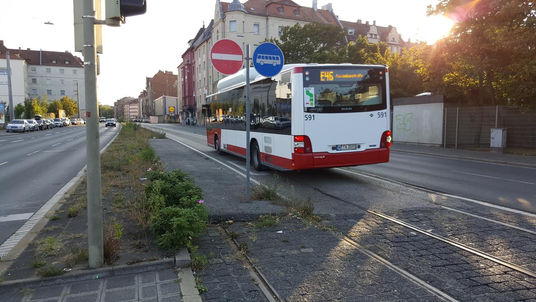 Ein Teil der Straßenbahngleise liegt noch immer in der Straße: Die Neugestaltung der Maximilianstraße muss dringend in Angriff genommen werden, fordert die SPD.