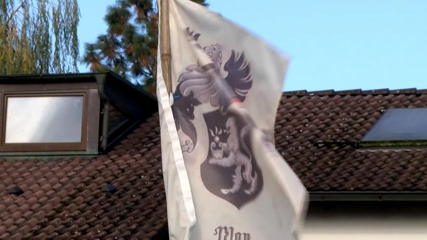 Am 19. Oktober 2016 eröffnete ein Reichsbürger in Georgensgmünd im Landkreis Roth das Feuer auf mehrere Polizisten. Der Mann war legal im Besitz von Waffen, die das Landratsamt Roth wegen Zweifeln an seiner Zuverlässigkeit sicherstellen wollte. Als die Spezialeinheiten in das Haus eindrangen, begann der Mann sofort zu schießen - mehrere Beamte wurden dabei teils schwer verletzt, einer starb.