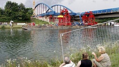 Kanalüberquerung auf schwimmenden Stützen: Schaulustige verfolgten das Spektakel vom anderen Ufer aus. Die Konstruktion wurde erst geschoben, dann gezogen.