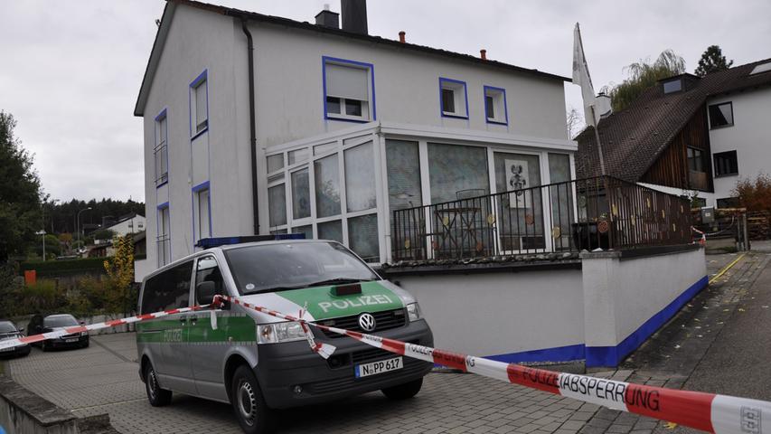 In diesem Haus im mittelfränkischen Georgensgmünd eröffnete ein 49 Jahre alter Mann am Mittwochmorgen das Feuer auf mehrere Beamten, die gerade dabei waren, ihm im Zuge einer Razzia diverse Lang- und Kurzwaffen abzunehmen.