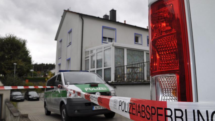 Als die Beamten das Haus am Mittwoch schließlich stürmten, befand sich der 49-Jährige im ersten Stock und eröffnete sofort das Feuer, wie der Polizeipräsident von Mittelfranken, Johann Rast, erzählte.
