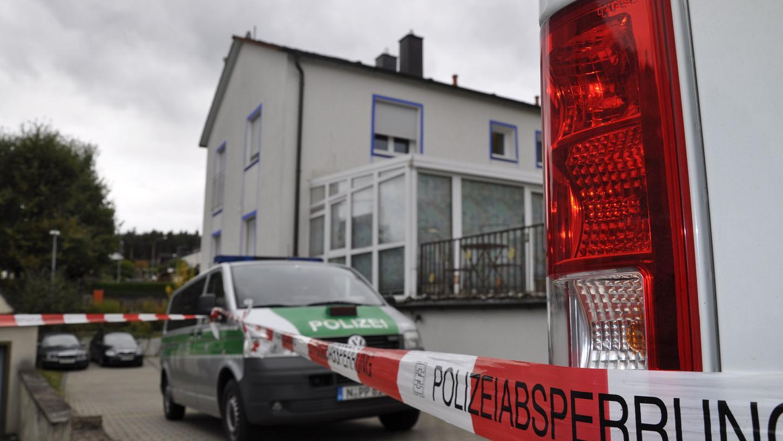Bei den Ermittlungen der Kriminalpolizei und der Staatsanwaltschaft zu den tödlichen Schüssen eines sogenannten Reichsbürgers kristallisiert sich ein brisanter Verdacht heraus.