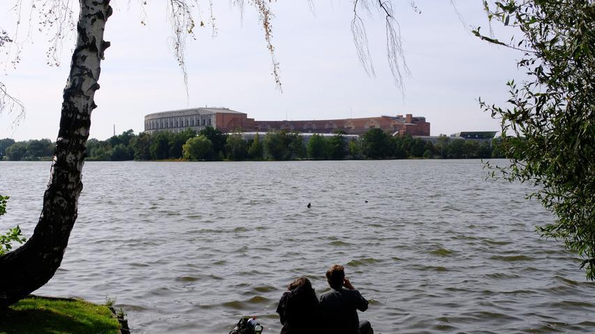 Einfach schön - zu jeder Jahreszeit ist der Dutzendteich (Bild mit Blick zur Kongresshalle) einen Besuch wert. Zum Areal gehören der große und der kleine Dutzendteich, der Flachweiher, der Silbersee und die zwei Nummernweiher.