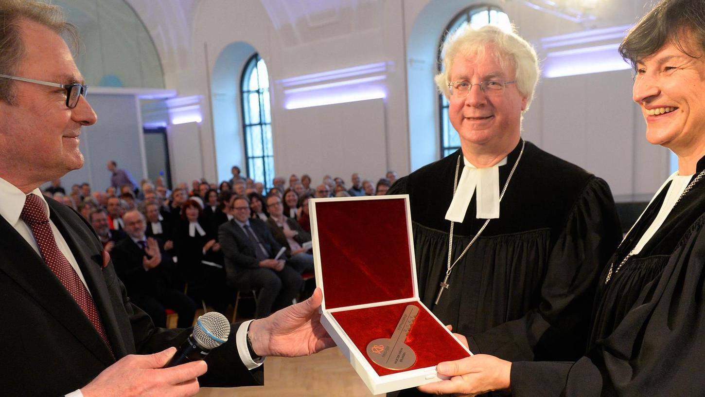 Die Übergabe des Schlüssels durch den Architekten Prof. Hans Peter Haid (l.) an Dekan Peter Huschke und Regionalbischöfin Elisabeth Hann von Weyhern.