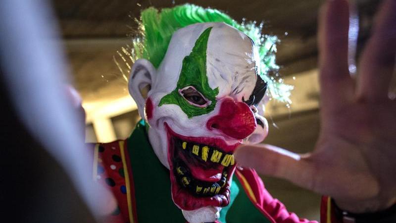 Seit einigen Tagen werden vermehrt Übergriffe und Angriffe bewaffneter Clowns registriert.