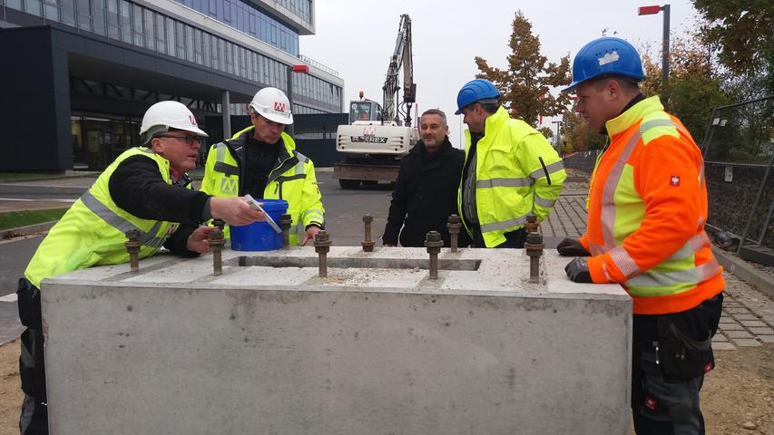 Die Fundamente, auf denen der Pylon ruhen soll, werden genau überprüft.