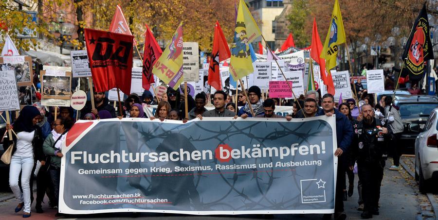 Es ging um mehr Rechte für Flüchtlinge und ein Bleiberecht: Rund 1500 Menschen - einige Asylbewerber und ihre zahlreichen Unterstützer aus verschiedenen linken Gruppierungen - haben sich am Samstag versammelt, um vom Jakobsplatz quer durch Nürnberg zum Bundesamt für Migration und Flüchtlinge (Bamf) in Nürnberg zu marschieren. Dies teilte die Polizei am frühen Abend mit. Die Veranstaltung verlief weitgehend friedlich, hieß es. Am Abend war eine Abschlusskundgebung vor dem Bamf geplant. Der Veranstalter nannte den Aufzug