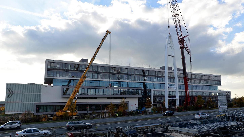 Der Pylon in unmittelbarer Nähe zur Puma-Zentrale steht - damit ist der erste Schritt zur neuen Fußgängerbrücke getan.