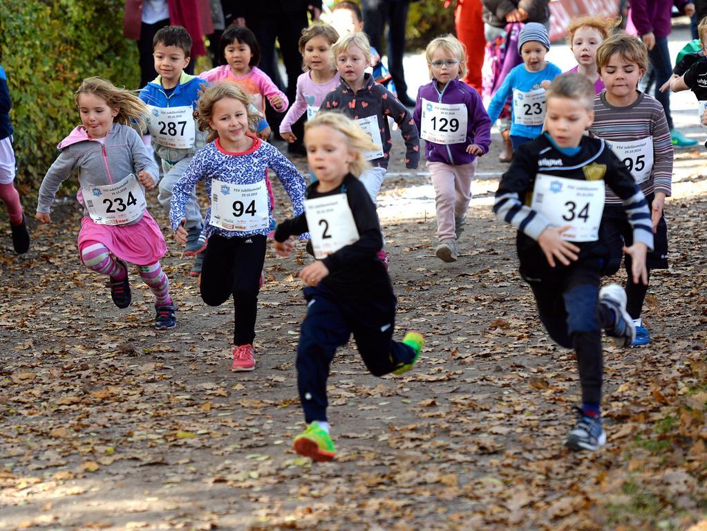 Auf den Waldwegen in der Brucker Lache lud der FSV Bruck am Samstag zum Jubiläumslauf. Vor dem Fünf-Kilometer-Lauf für Jugendliche und Erwachsene liefen die Bambinis eine Strecke von 400 Meter. Für Sieben- bis 13-Jährige gab es einen 1,7 Kilometer-Kinder-Lauf.