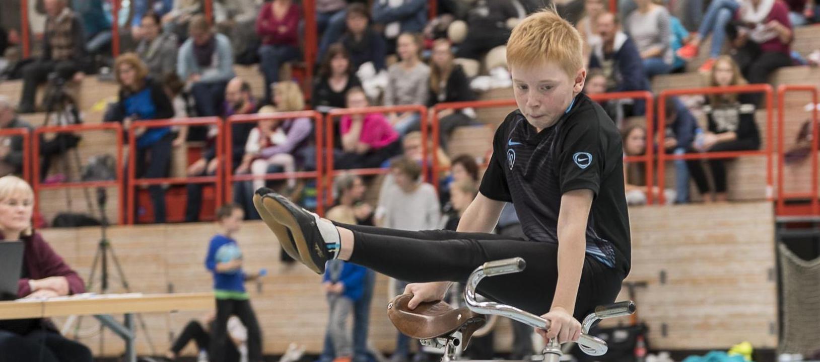 Auch auf nationaler Ebene kann ihm keiner das Wasser reichen: Daniel Stark, der jüngste Bernloher Kunstradsportler, sorgte mit seiner Kür beim Bundespokal in Rimpar einmal mehr für Aufsehen.
