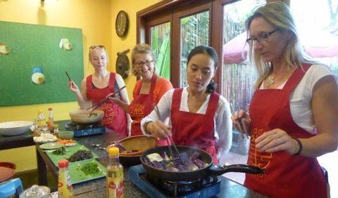 Eine Expertin weiht Touristen in die Geheimnisse der Vietnamesischen Küche ein.
