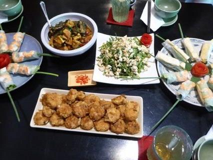 Bei diesem herrlich angerichteten Tisch wünschen wir: Guten Appetit!