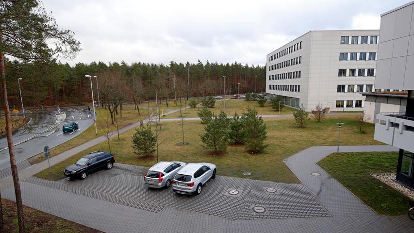 Inzwischen ist die Technische Fakultät mit ihren mehr als 50 Lehrstühlen, fast ebenso vielen Studiengängen und über 120 Professoren auf 28 verschiedene Standorte verteilt (Eigentlich sind es nur neun) – und das gleich über mehrere Stadtgrenzen hinweg in Erlangen (im Bild die Kurt-Schumacher Straße), Nürnberg und Fürth.
