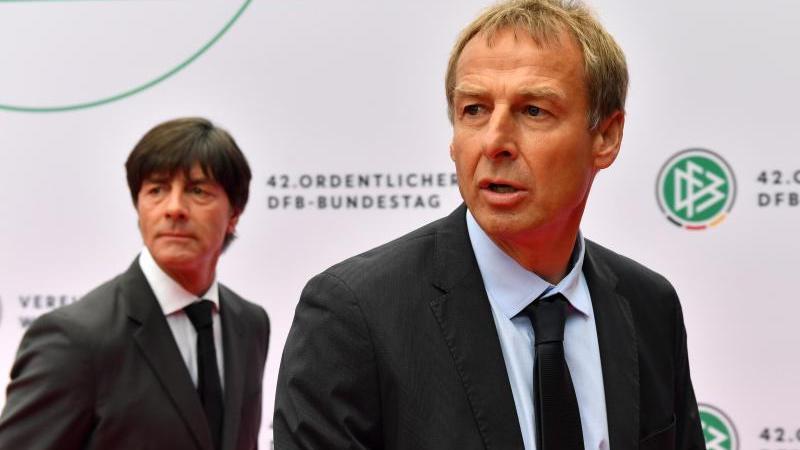 Es übernahmen? Ein weiterer verdienter Ex-Stürmer und in seinem Windschatten ein zumindest für Freiburger Verhältnisse verdienter Ex-Stürmer als sein Assistent. Jürgen Klinsmann und Joachim Löw - oder Klinsi und Jogi - um es burschikos zu schreiben - verordneten der DFB-Auswahl neue Strukturen und eine neue, frischere, sowie offensivere Spielweise, die Deutschland bei der Heim-WM 2006 ins Halbfinale stürmen ließ.