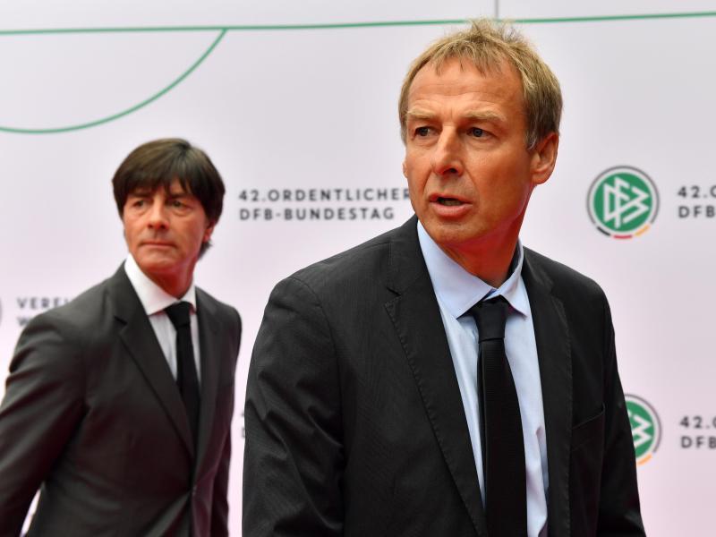 Jürgen Klinsmann (r) und Bundestrainer Joachim Löw bei der Ankunft zum 42. Ordentliche DFB-Bundestag in Erfurt.