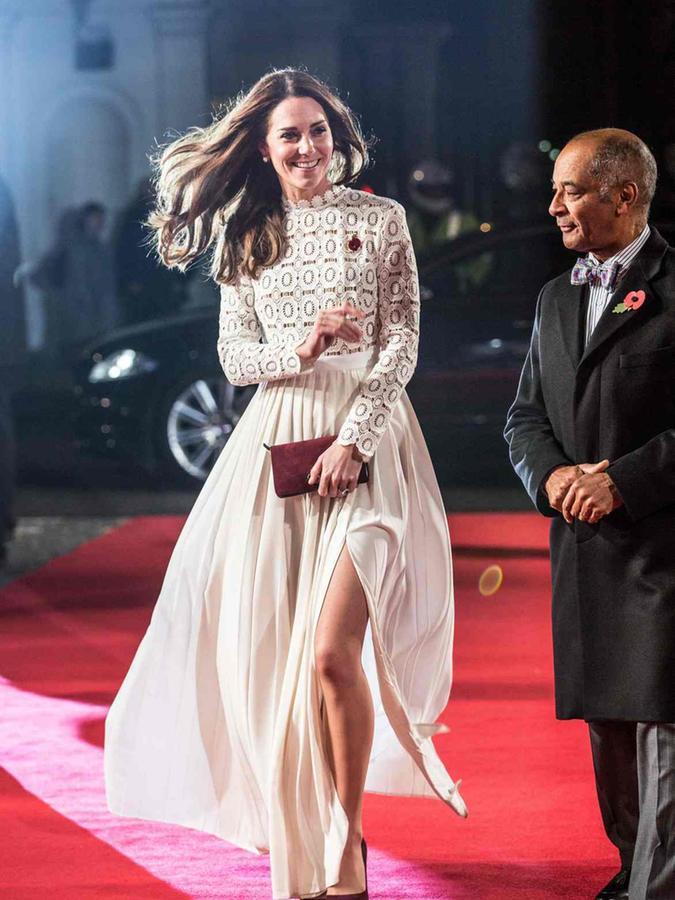 Herzogin Kate zeigt Bein.
