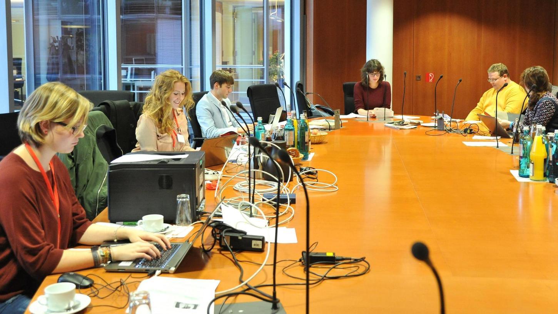 Anastasia (2. von links) darf beim Planspiel der SPD-Fraktion in Berlin Chefredakteurin spielen. Die jungen Redakteure sitzen an einem großen Holztisch.