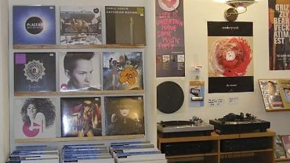 Nein, liebe Kinder, da links an der Wand, das sind keine Poster. Das sind Platten-Cover. Ja, die sind größer und deshalb auch schöner als bei den CDs. Und der Klang von Schallplatten ist auch besser. Es war nicht alles schlecht damals.
