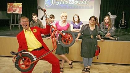 Geraldino sorgte beim Abschluss des interkulturellen Projekts «Weltreise» im Festsaal des Südpunkt bei den Schülern für gute Laune.