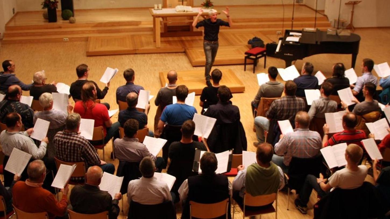 """""""Der Bass mus klingen wie ein Kuschelbett"""": Wenn Karl-Friedrich Beringer das Vokal-Ensemble """"Monte Soprano"""" dirigiert, geht es auch humorvoll zu — worunter aber nie die hohen Qualitätsansprüche des 68-Jährigen leiden dürfen."""