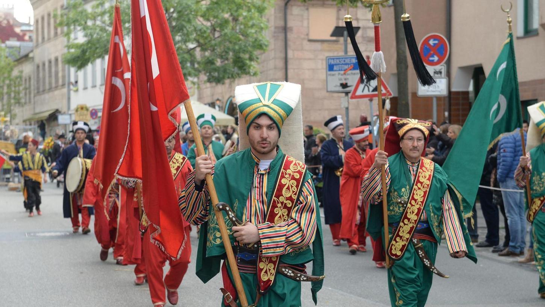 Folklore mit Fragezeichen: Die Musiker marschierten beim Erntedankfestzug mit alten Kriegsflaggen, die heute auch von rechtsextremen Parteien in der Türkei verwendet werden.