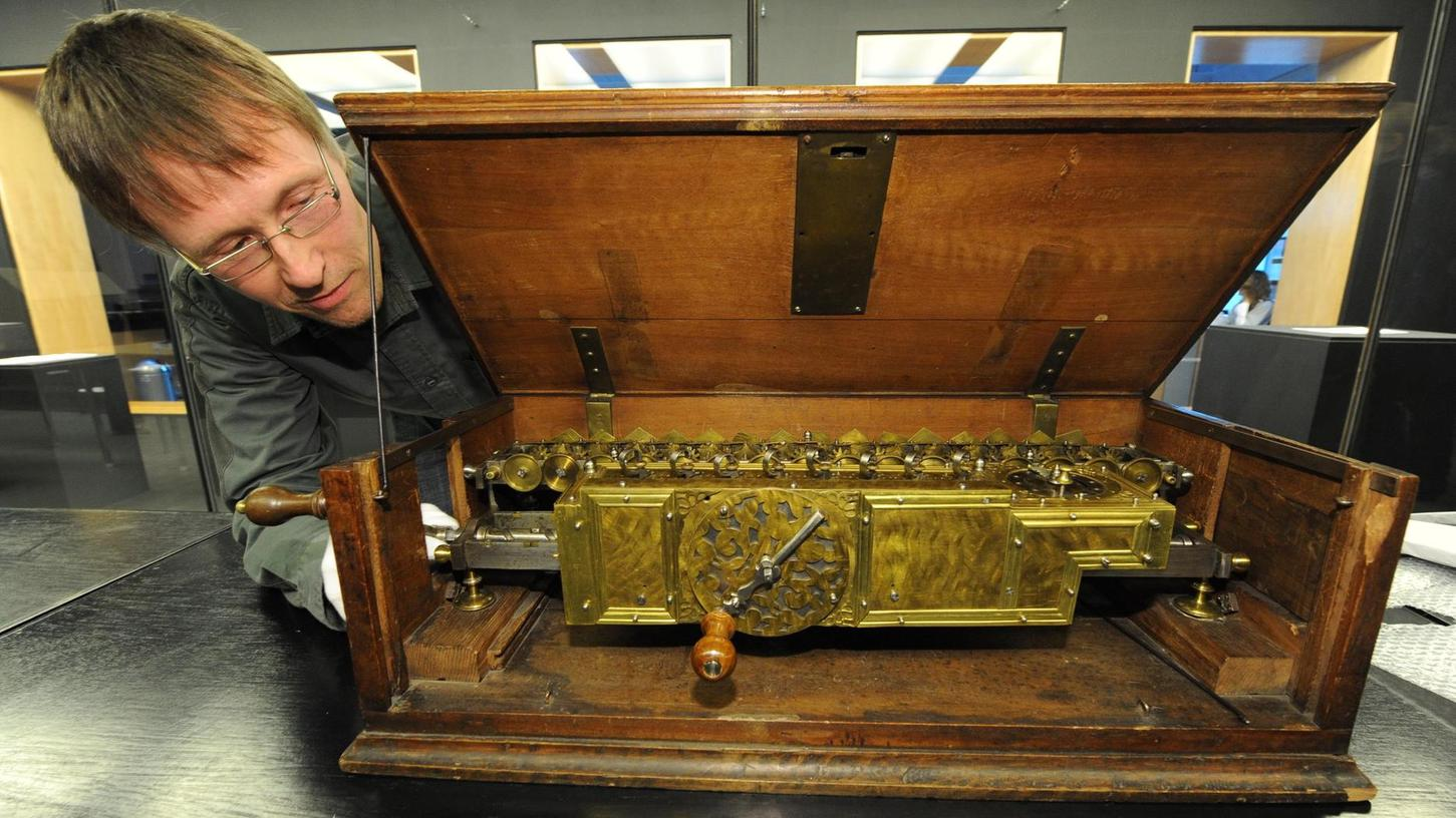 Eigentlich steht die originale Rechenmaschine des Universalgenies Gottfried Wilhelm Leibniz in einem klimatisierten Tresor der Leibniz-Bibliothek in Hannover. Nur ganz selten wird sie für eine Ausstellung ausnahmsweise herausgeholt.