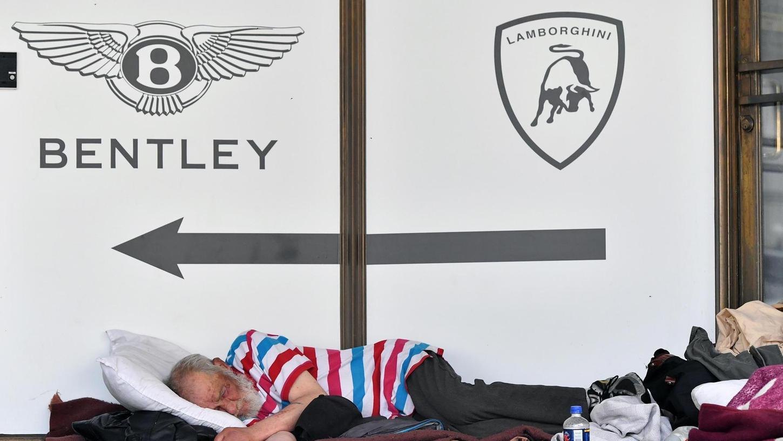 Die USA sind auch ein Land der Gegensätze. Ein Obdachloser schläft hier vor dem Gebäude eines Luxusauto-Händlers in San Francisco. Die zum Teil krasse Armut in den USA wird vielfach übersehen, kritisiert Gabriele Krone-Schmalz.