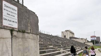 Die Fassade der Zeppelintribüne bröckelt und muss vor eindringendem Wasser geschützt werden. Bund und Land sollen bei der Sanierung helfen.