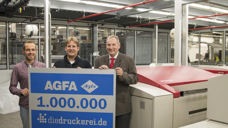 Auf dem Agfa-Belichter Avalon N8-80 wurden über eine Million Druckplatten belichtet. Über den bisherigen Rekord im Hause Agfa freuen sich Fabian Hablowetz, CTP-Teamkoordinator und Thomas Emmer, Teamleiter Drucksteuerung CTP bei