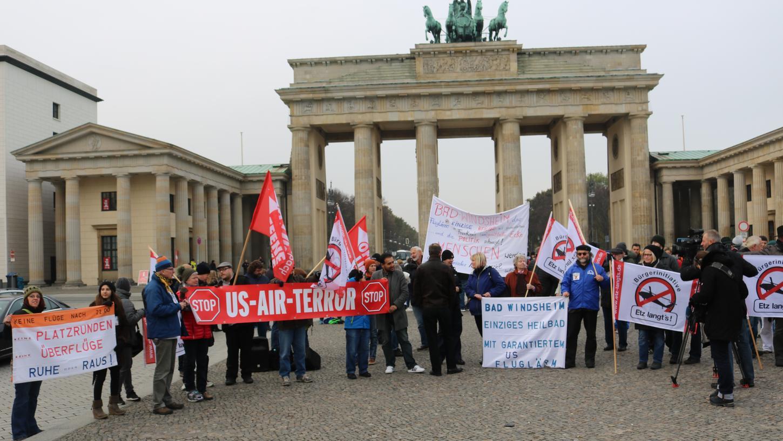 Mit Hubschrauberlärm haben Demonstranten aus den Landkreisen Ansbach und Neustadt/Aisch vor der US-Botschaft in Berlin gegen die Militär-Übungsflüge über ihren Häusern protestiert.