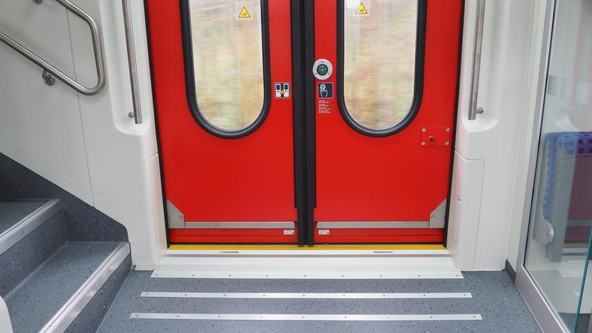 ...doch bereits der Einstieg wird für viele Reisende einfacher: Statt drei Stufen nach oben, geht es nun relativ barrierefrei einen Schritt nach unten.