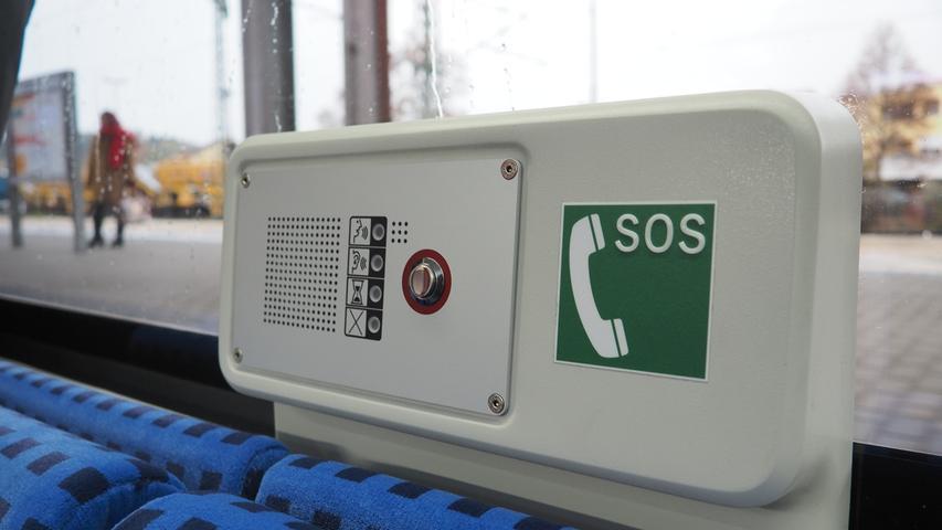 Überall in den vier- bis sechsteiligen Zügen sind auch Notrufsprechstellen installiert.