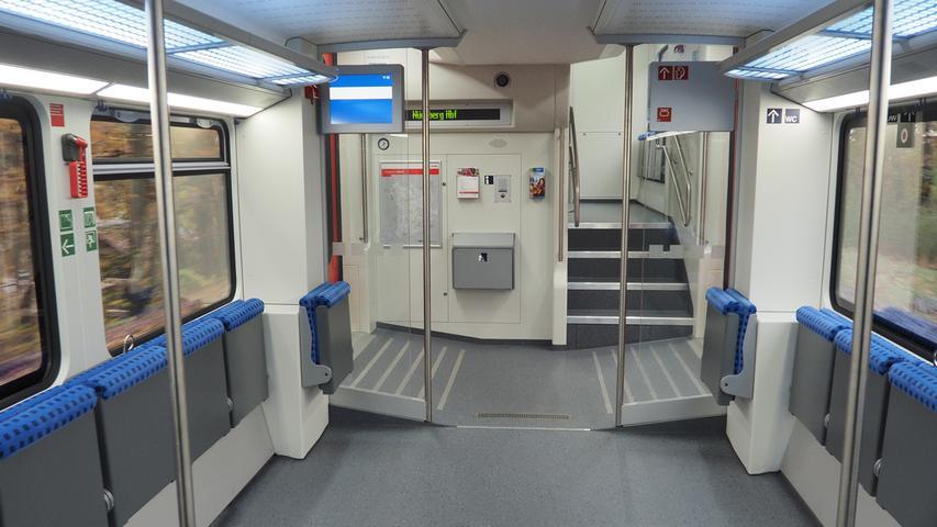 Nach Angaben der Bahn passen in die Mehrzweckabteile der sechsteiligen Züge bis zu 80 Fahrräder.
